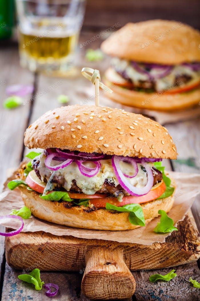 hausgemachter Burger mit Rinderschnitzel, Apfel, Salat, Zwiebel und Blauschimmelkäse