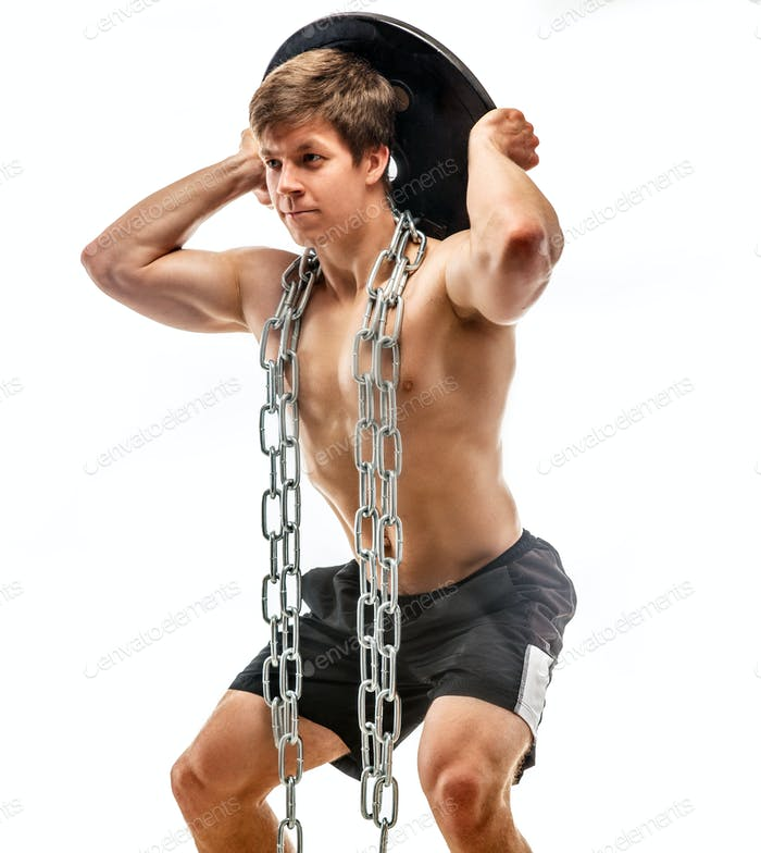 Muskulärer junger Kerl mit Gewichten