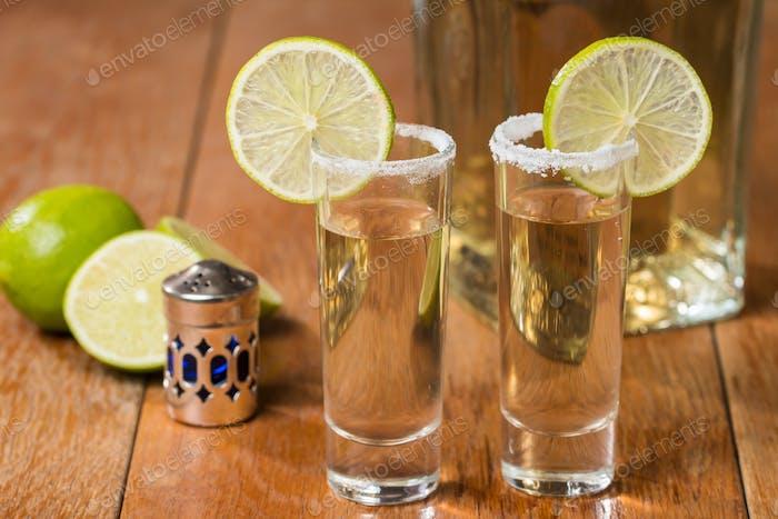 Gold Tequila in Shot-Gläsern mit Limette und Salz