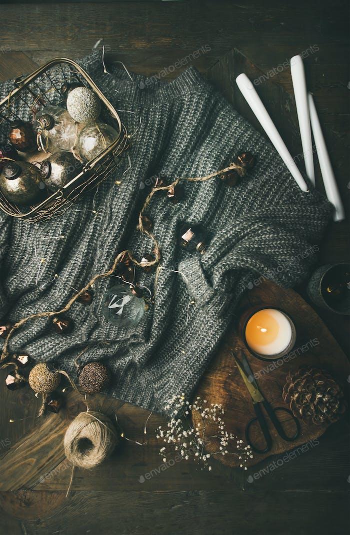 Wollpullover, Kerzen, LED-Girlande und Weihnachtsdekoration Spielzeug