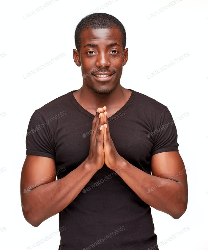 Porträt von schönen jungen schwarzen afrikanischen lächelnden Mann