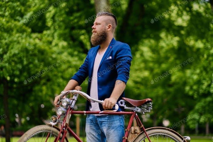 Изображение мужчины на ретро-велосипеде.