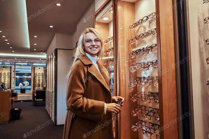 Frau wählt neue Rahmen für Brillen