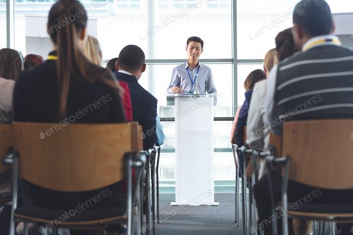 Geschäftsmann spricht vor Business-Profis auf Business-Seminar im Bürogebäude