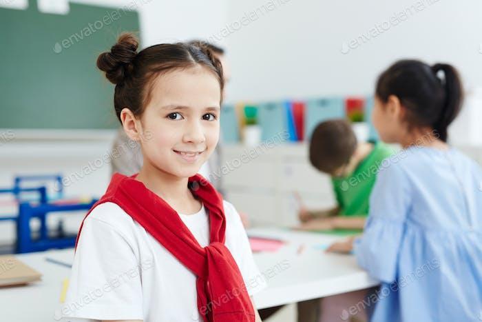 Entzückendes Schulmädchen