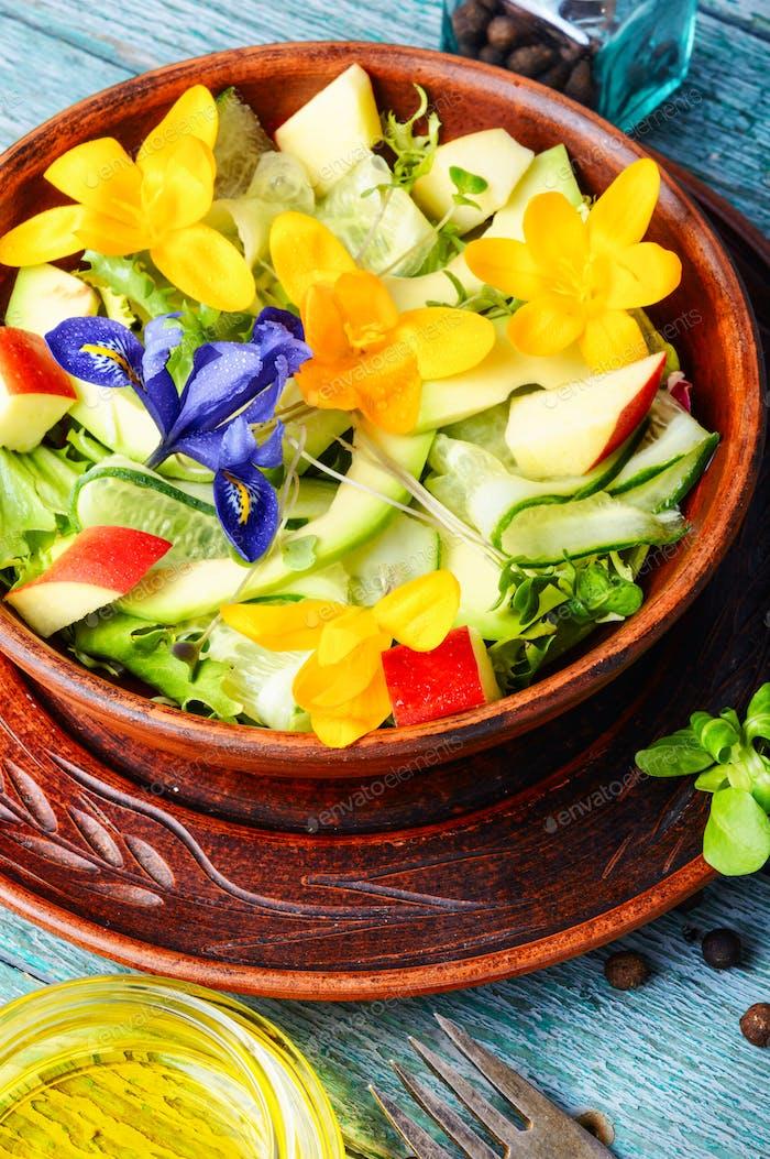 Frischer veganer Salat mit essbaren Blumen