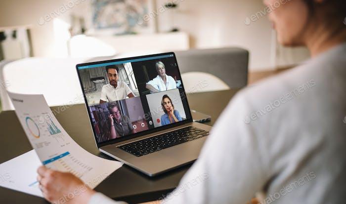 Frau diskutieren Geschäft mit Team über eine Video konferenz