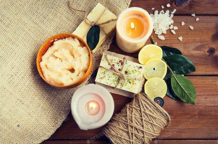 Nahaufnahme von Naturseife und Kerzen auf Holz
