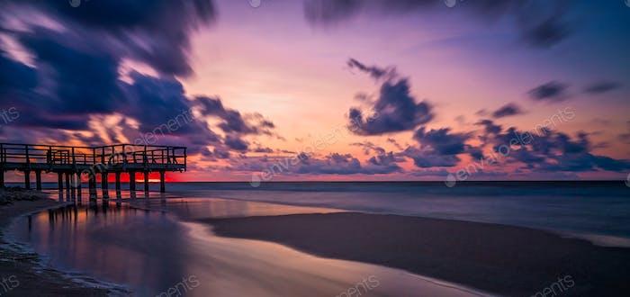 Sonnenuntergang über Holz Pier Panorama