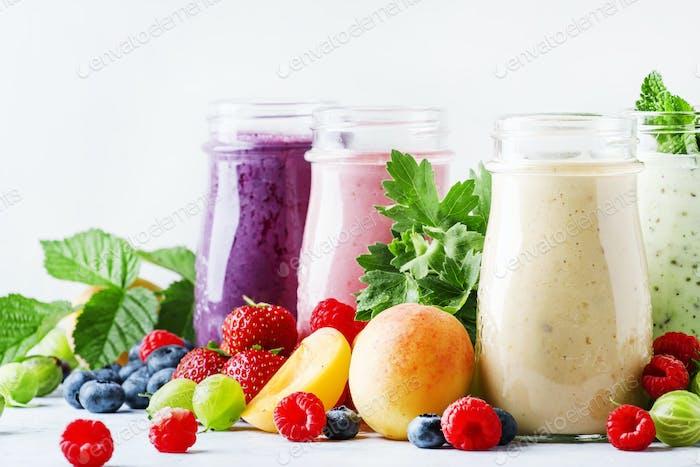 Gesunde und nützliche bunte Beeren-Smoothies mit Joghurt, frischem Obst und Beeren
