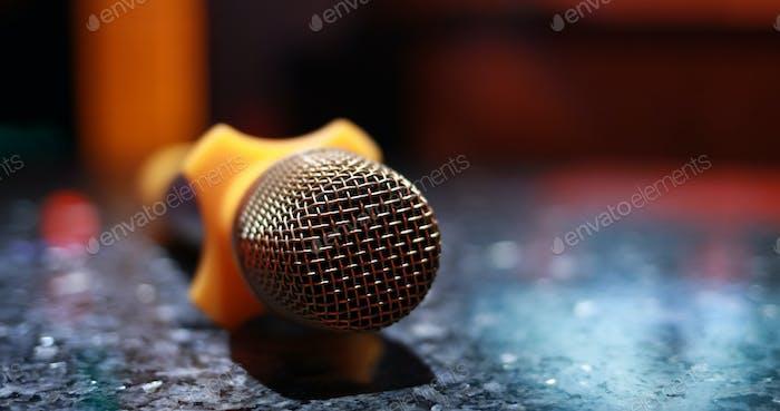 Караоке микрофон в комнате