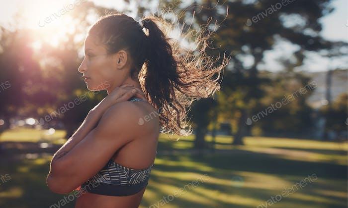 Fit junge Frau stehen in einem Park