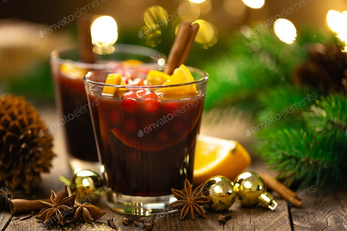 Weihnachten, Weihnachten, Neujahr oder Noel Glühwein mit Gewürzen, Cranberry und Orangen