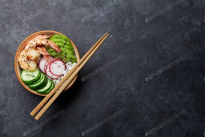 Poke Schüssel mit Garnelen und Gemüse
