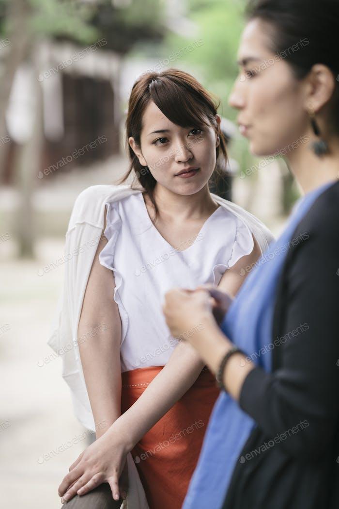 zwei junge japanische Frau im Gespräch
