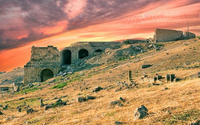 Antike Stadt Hierapolis unter dramatisch Sonnenuntergangshimmel