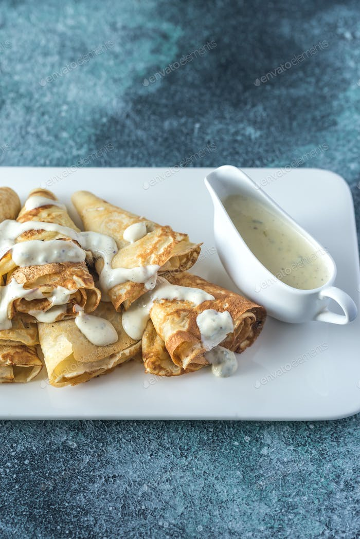 Crepes with blue cheese sauce