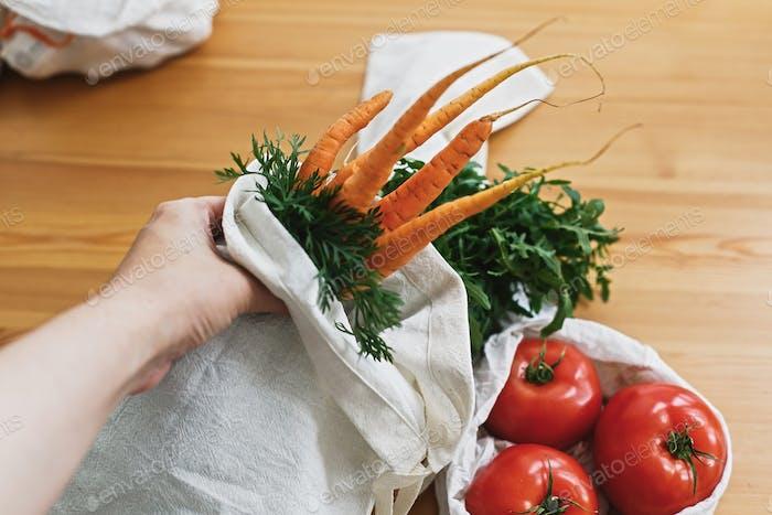 Nullmüll Lebensmitteleinkauf. Hände halten wiederverwendbare umweltfreundliche Canvas-Tasche