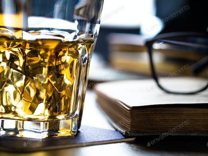 Whiskey auf den Felsen und Gelehrte Bücher