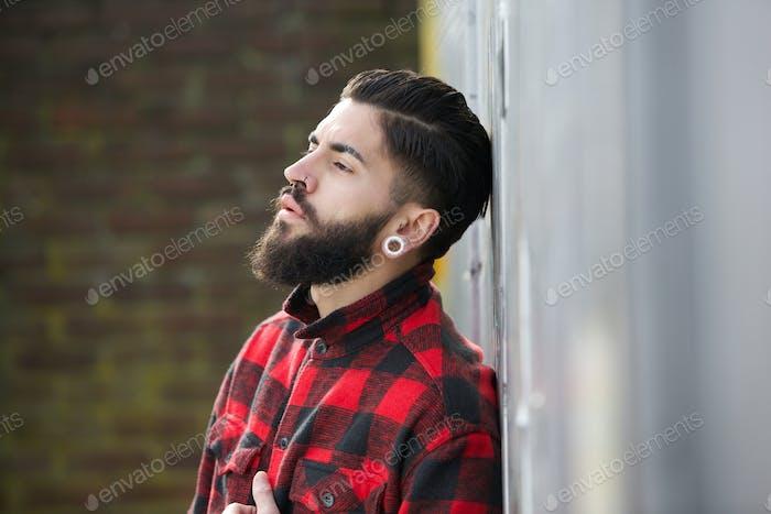 Hombre con barba de pie al aire libre solo