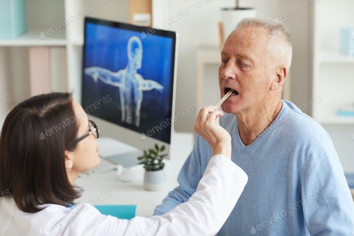 Ärztin Prüfung Senior Mann in der Klinik