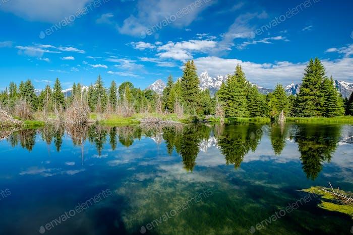 Berge im Grand Teton Nationalpark mit Reflexion in Snake River