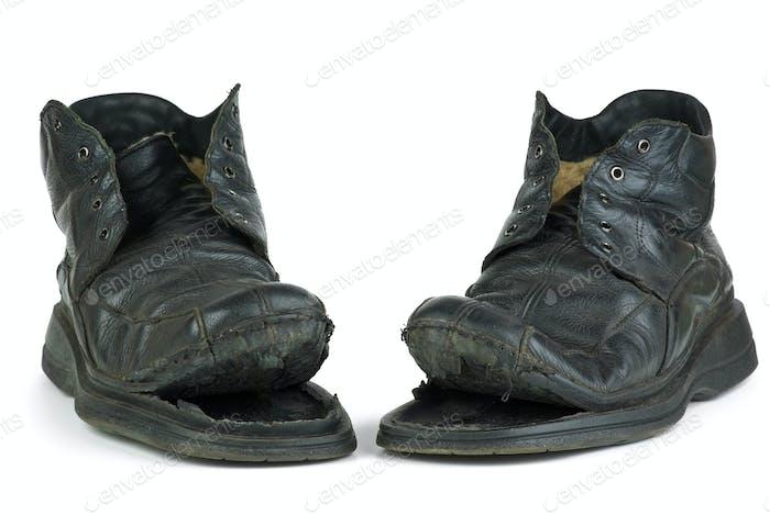 Paar zerrissene alte Stiefel