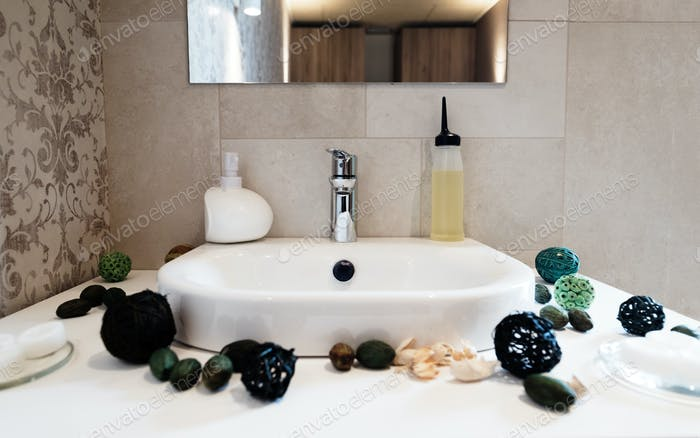 Spüle und Wasserhahn mit Seife und Dekoration