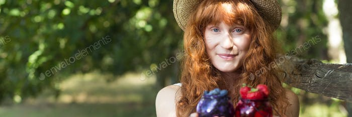 Frau mit Gläsern mit saisonalen Früchten