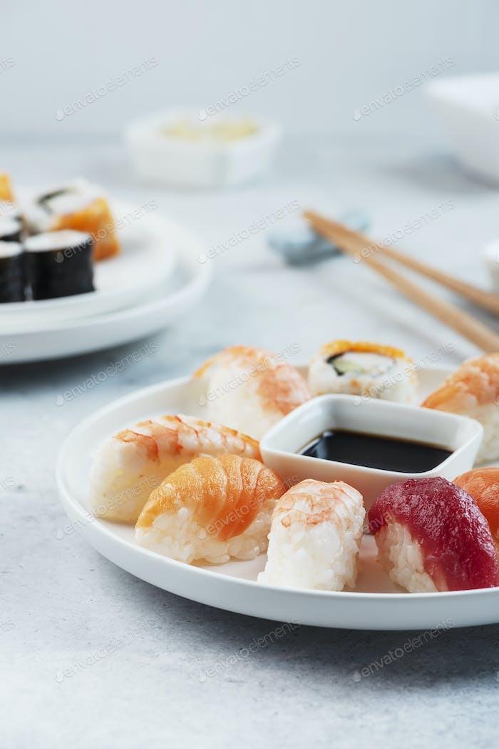 Mischung aus traditionellem japanischem Sushi