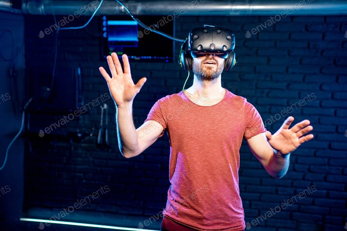 Hombre Uso auriculares de realidad virtual