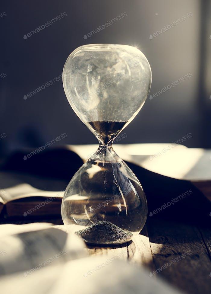 Песочные стекла на столе