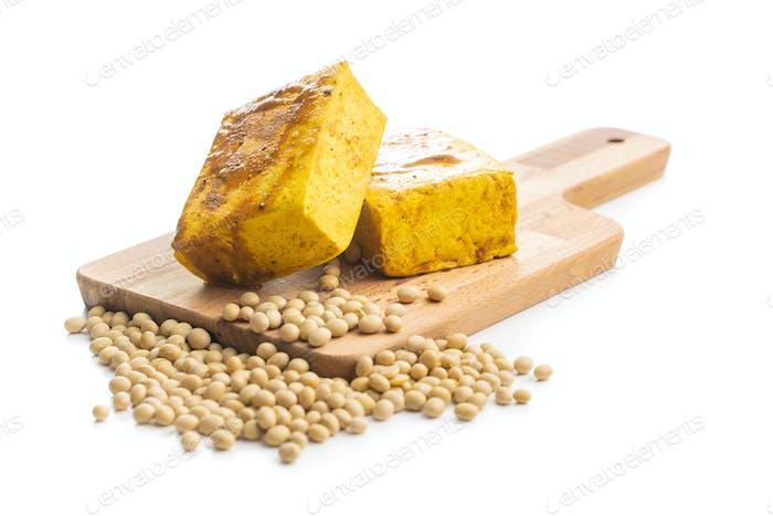 Würfel von mariniertem Tofu und Sojabohnen