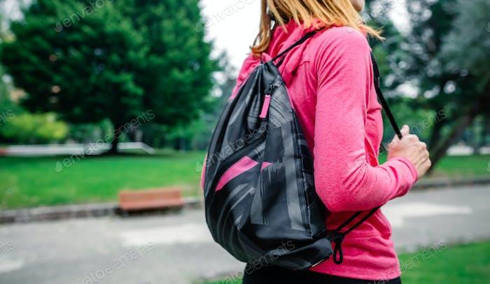 Deportista irreconocible con mochila ir al gimnasio