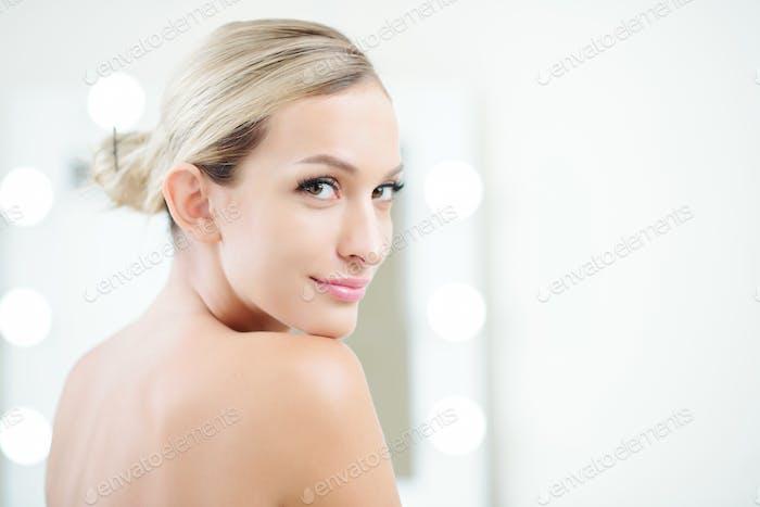 Mujer atractiva con piel perfecta