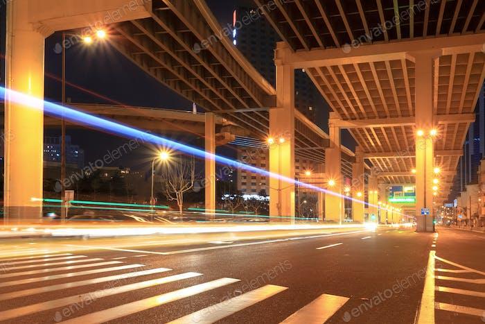 Nachtverkehr unter dem Viadukt