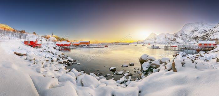 Erstaunliche Winterlandschaft des Dorfes Moskenes mit Fährhafen und berühmter Moskenes Pfarrei Churc