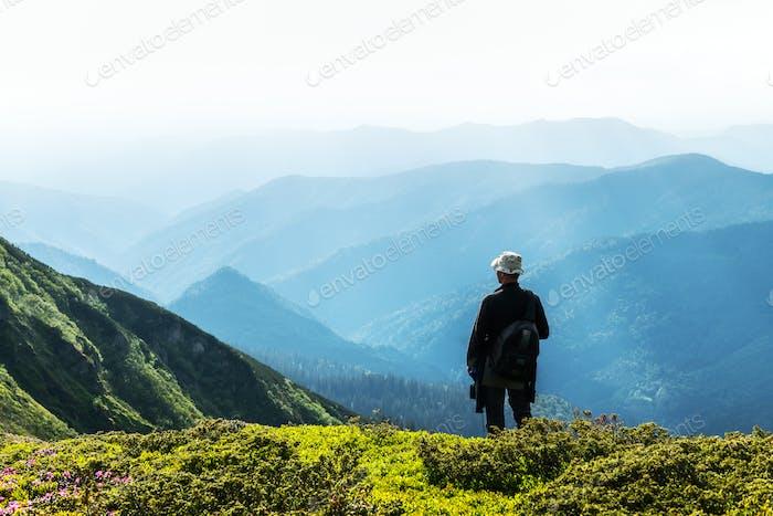 Mann-Silhouette auf nebligen Bergen