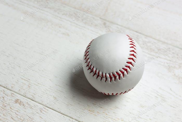 Weißer Baseballball genäht mit rot dick.