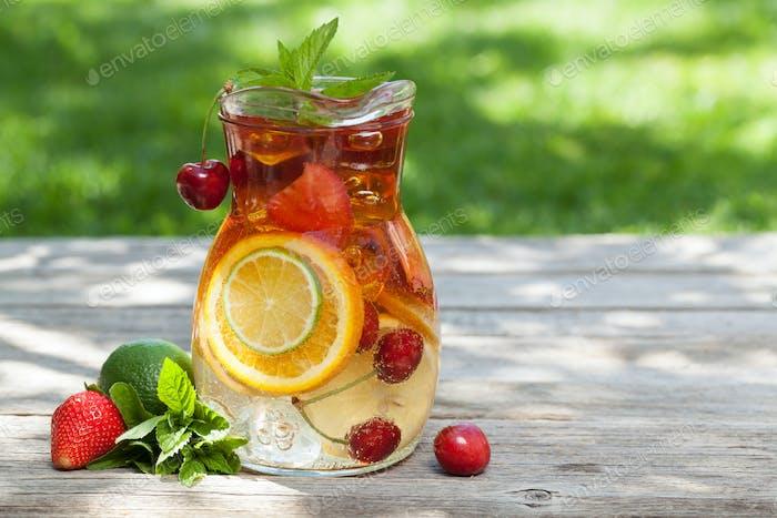 Hausgemachte Limonade oder Sangria