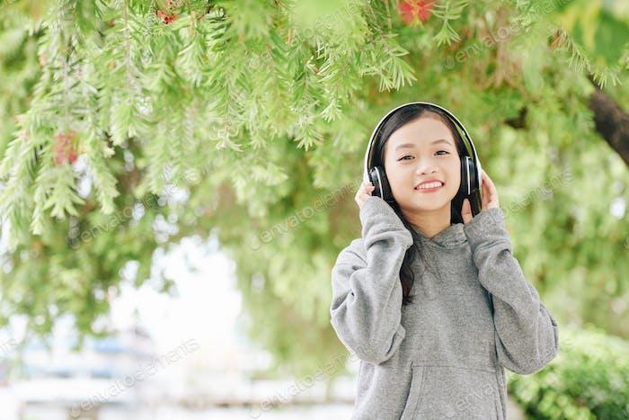 Chica feliz con auriculares