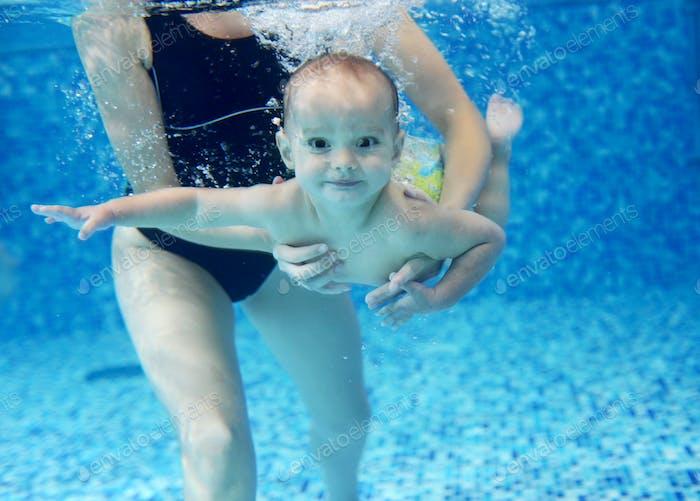Kleiner Junge lernen, in einem Schwimmbad schwimmen