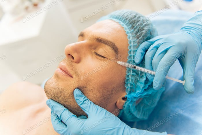Mann beim plastischen Chirurgen