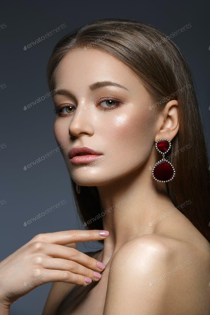 schönes Mädchen mit natürlichem Make-up