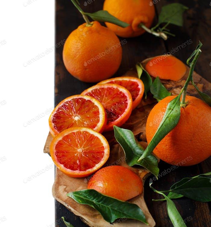 Frische blutige Orangen mit Blättern