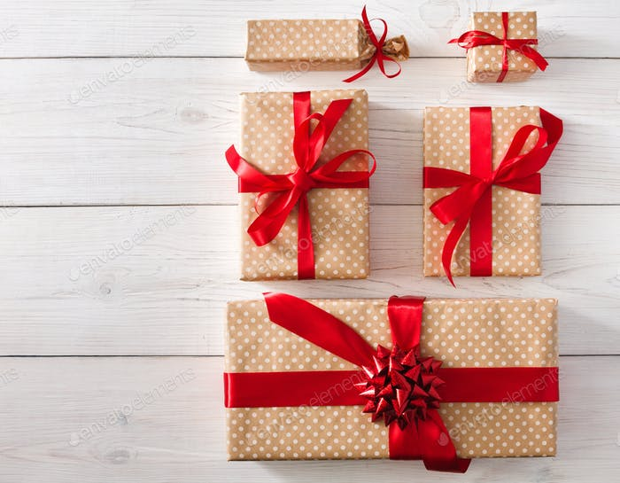 Draufsicht der Geschenkboxen auf weiß mit Kopierfeld