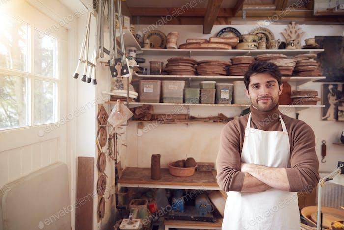 Porträt von männlichen Töpfer tragen Schürze In Ceramics Studio