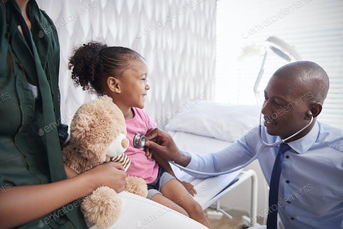 Mutter Einnahme Tochter für medizinische Prüfung in Ärzten Büro