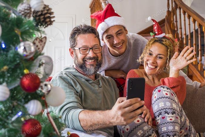 Glückliche Familie zu Hause am Heiligabend genießen Sie einen Video anruf