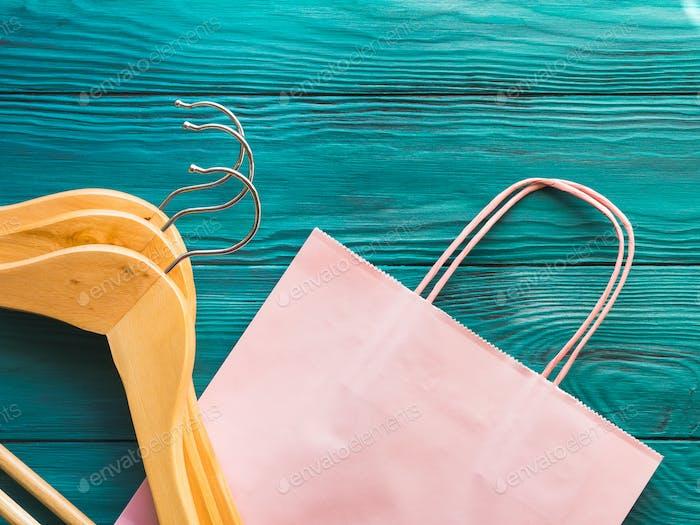 Rosa Einkaufstasche auf grünem Hintergrund